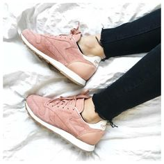 Reebok classic leather bread & butter this color High Top Sneakers, Shoes Sneakers, Shoes Heels, Pink Shoes, Cute Shoes, Me Too Shoes, Sneaker Trend, Zapatillas Casual, Basket Mode