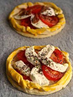 Pienet tomaatti-mozzarellapiirakat syntyvät kaupan valmistaikinasta.