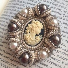 New jewerly vintage cameo ideas Seed Bead Jewelry, Bead Jewellery, Beaded Jewelry, Bead Embroidery Jewelry, Beaded Embroidery, Brooches Handmade, Handmade Jewelry, Barrettes, Lesage
