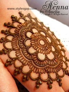 Must check out the simple gol tikka mehndi designs for hands. Choose your favorite gol tikka mehndi either for front hands or back hands. Henna Art Designs, Mehndi Designs For Beginners, Stylish Mehndi Designs, Dulhan Mehndi Designs, Mehndi Designs For Fingers, Mehndi Design Pictures, Arabic Mehndi Designs, Beautiful Mehndi Design, Latest Mehndi Designs