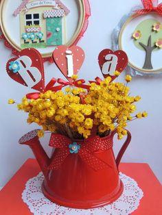 Regador de alumínio na cor vermelha para enfeite de mesa. Não está incluso as flores, somente os tags com o nome da criança + laço de fita de cetim de poá com uma flor azul feita de scrapbook. Cabe no regador no máximo 4 letras.