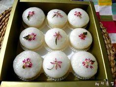 방울증편 만들기 Korean Rice Cake, Korean Dessert, Asian Desserts, Rice Cakes, Korean Food, Mochi, Food Art, Deserts, Food And Drink