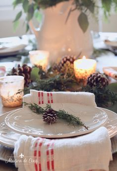 Come see how to create a classic Christmas table setting! Easy and elegant, we combined combined white roses, greenery and pine cones for a charming table! Fall Table Settings, Christmas Table Settings, Christmas Tablescapes, Holiday Tables, Christmas Entertaining, Holiday Dinner, Easter Egg Crafts, Easter Treats, Easter Decor