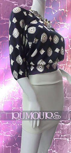 Blusa azul con manga estampada, con escote en la espalda tipo cascada traslapda