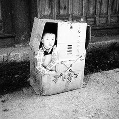 #RicordiCinesi di #CronacheCinesi a #Lijiang, giochi di bimbi: dateci scatoloni, più scatoloni e vi solleveremo il mondo. #Yunnan #Cina🇨🇳 #myphoto #toys #box #paper #playinginthestreet #streetphotography #olympuspen #ep1 #lenscap #15mm #blackandwhite #unesco #worldheritagecenter #walkingaround #picoftheday #mountain #exploring #photography #portrait #travelcathay #instachina #instagood @eyesonchinaproject