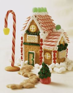 Gingerbread Houses - Pictures and Ideas: Fancy Graham Cracker Gingerbread House Picture Graham Cracker House, Graham Cracker Gingerbread House, Gingerbread Dough, Gingerbread House Parties, Gingerbread Village, Gingerbread Decorations, Christmas Gingerbread House, Gingerbread Cookies, Christmas Ideas