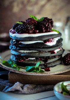Recipes Breakfast Pancakes Activated Charcoal Pancakes with Blackerry Compote with Kenwood vegan & gluten free] - Deliciously fluffy buckwheat pancakesfilled with almond butter, coconut yogurt and warm berries. Pancakes Végétaliens, Vegan Pancakes, Charcoal Recipe, Vegan Crepes, Black Food, Coconut Yogurt, Cafe Food, Aesthetic Food, Dessert Recipes