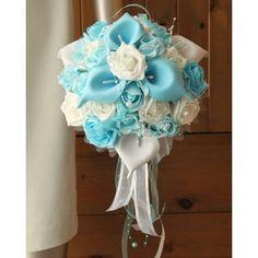 Bouquet des roses et arums couleur bleu clair et blanc orné des perles fait main en France. Le bouquet de mariage est fait à la main, sur mesure en France avec des fleurs artificielles Haut de Gamme Diamètre: 25cm
