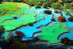 Im Westen von Sichuan liegt ein mrächenhaftes Land. Wir bringen Euch hin! Hier die Kalksinterr´terrassen von Huanglong