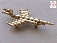 Bullet art amazing pic and this bullet jet made with bullets will blow your mind to say what . Bullet Casing Crafts, Bullet Casing Jewelry, Bullet Crafts, Ammo Art, Gun Art, Bullet Art, Bullet Shell, Ammo Crafts, Crafts To Do