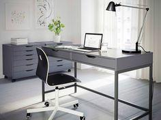 Ein Heimarbeitsplatz mit ALEX Schreibtsich in Grau, VÅGSBERG Drehstuhl in Schwarz und ALEX Schubladenelementen auf Rollen in Grau