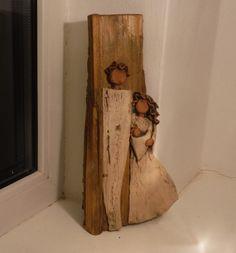 Keramická+rodina+na+vysokém+kusu+dřeva+Originální+keramický+betlém+v+kombinaci+keramika/dřevo.+Dva+druhy+hlíny,+postavy+na+starém+štípnutém+kusu+dřeva,+lze+pověsit+na+zeď+i+postavit+rozměry +cca+30+x+15+cm