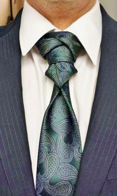 25 Different Tie Knot Ideas Every Man Should Try knot idea Cool Tie Knots, Cool Ties, Sharp Dressed Man, Well Dressed Men, Different Tie Knots, Tie A Necktie, Necktie Knots, Moda Men, Style Masculin
