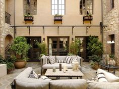 Mediterraner Terrassen-Stil mit Möbel aus Metall und warmer Atmosphäre