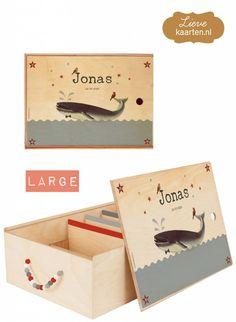 Deze retro Walvis als opdruk voor onze herinneringsbox komt uit de prachtige collectie selected by Lievekaarten.nl. Erg leuk als persoonlijk geboortegeschenk.