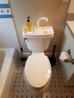 You can find this kind of toilet in Japan. Wash your hands and reuse the water for your next flush 👍 Genius! *Update: Good news for Aussie that you can get it here from Bunnings 😉 Wc Decoration, Plastik Box, Design Simples, Toilet Sink, Flush Toilet, Camping Tools, Save Water, Lifehacks, Furniture Makeover