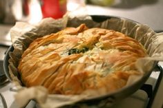 Jamie Oliver's spinach egg and feta filo pie Quiche Feta, Spinach Feta Pie, Spinach Egg, Greek Recipes, Vegetable Recipes, Vegetarian Recipes, Turkish Recipes, Vegetarian Pastries, Vegetarian Barbecue