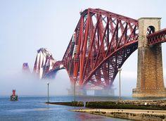 Forth Rail Bridge es un puente ferroviario que cruza el Fiordo de Forth a 14 kilómetros del centro de Edimburgo, en el este de Escocia. Diseñado por John Fowler y Benjamin Baker, es considerado como una obra maestra de la ingeniería.  Forth Bridge, puente ferroviario sobre el río Forth. Stuart Gilliland