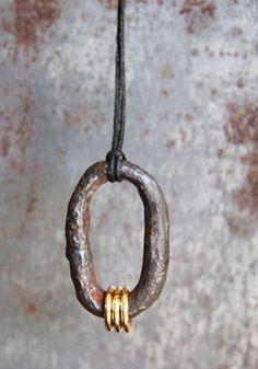 Pendentif Anneau Marine orné de 3 anneaux en or 18k par Jean Grisoni en exclusivité chezl'Atelier des Bijoux Créateurs.