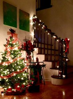 The #glow of our #foyer looks so beautiful at night. I love the #garland around the #handrail and #banister of the #stairwell-it reminds me of so many classic #holiday scenes. It also features one of the many #Christmas #trees throughout our home. I'm a little obsessed with #themes and #holidays. 😍🎄 #christmastree #staircase #foyerdecor #holidayseason #christmasdecor