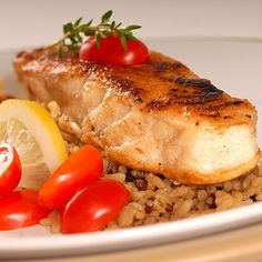 Fresh halibut seared with tomato, lemon and thyme on a bed of brown rice No Calorie Foods, Low Calorie Recipes, Halibut Recipes, Seafood Recipes, Clean Eating, Healthy Eating, Healthy Meals, Riced Veggies, Ukrainian Recipes