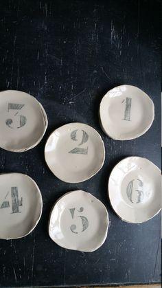 piccola piastra con numero estratto, ceramica / gres porcellanato, diametro + / - 11 cm (4,5 pollici), colore: sabbia, allinterno: smalto trasparente