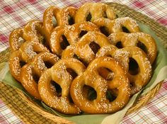 PERFECT HOMEMADE PRETZELS Pretzel is one of the most popular bread products. It's made from dough in a twisted knot shape and sprinkled with salt on top. This is the perfect pretzels recipe which you definitely should try. Homemade Pretzels, Homemade Crackers, Soft Pretzels, Foods That Contain Gluten, Pretzel Day, Scones, Eating Organic, Food Lists, International Recipes