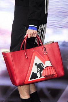 Αξεσουάρ σε άσπρο, μαύρο, κόκκινο που λατρεύουμε | μοδα , shopping ideas | ELLE Elle Fashion, Louis Vuitton Twist, Shoulder Bag, Bags, Shopping, Beauty, Handbags, Shoulder Bags, Beauty Illustration