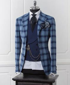 With the days of suits, shirts and office ties coming to an end, it is still possible to look smart and. Big Men Fashion, Mens Fashion Suits, Mens Suits, Fashion Photo, Gentleman Mode, Gentleman Style, Designer Suits For Men, Urban Fashion Trends, Classy Men
