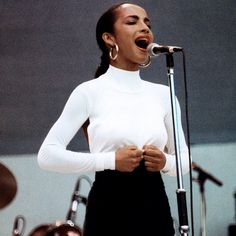 Sade - sophisticated jazz pop singer, born Helen Falasade Adu in Nigeria and grew up in London. Quiet Storm, Marvin Gaye, Easy Listening, Zara Designer, Sade Adu, Music Festival Fashion, Female Singers, Mode Style, Fashion Photo