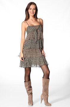 Feminines Kleid von KOOKAD Verführerisch! Das Trägerkleid besteht aus übereinander gesetzten Volants und wirkt dadurch feminin verspielt. Die einzelnen Bahnen sind braun und schwarz gemustert, wodurch der Stufencharakter betont wird. Material ist feiner leicht transparenter Viskoseorganza der mit schwarzem Jersey gefüttert ist. Schnitt: Feminines Trägerkleid mit V-Ausschnitt. Bestehend aus übereinander gesetzten Volants, in zwei Farbstellungen. Der unterste Volant ist an das Futter…