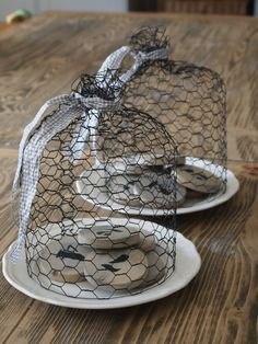 Chicken wire Cloche on a plate Chicken Wire Art, Chicken Wire Sculpture, Chicken Wire Crafts, Rabbit Wire, Cloche Decor, Sculpture Textile, Crafts To Make, Diy Crafts, Fleur Design