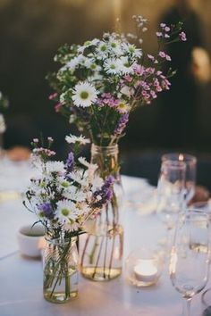 Tischdekoration, Boho Hochzeit, Feld- und Wiesenblumen, kleine Vasen, Hochzeit