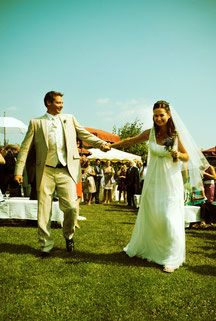 Bild Hochzeit outdoor Natur Reis werfen Blütenblätter heiraten Brautpaar Brautkleid Braut Auszug romantisch standesamtlich
