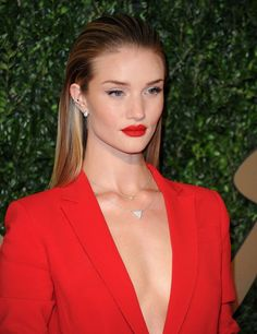 Rosie Huntington-Whiteley on the red carpet for the British Fashion awards. Rosie's super sleek hair look works so well with her fierce red lips. Slick Hairstyles, Down Hairstyles, Straight Hairstyles, Wedding Hairstyles, Slicked Back Hairstyles, Everyday Hairstyles, Celebrity Hairstyles, British Fashion Awards, Wet Look Hair