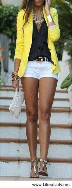 Short blanco para verano con saco amarillo, look casual