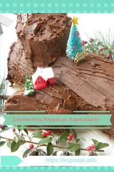 A Yule log (or bûche de Noël in French, is a traditional Christmas dessert made of a yellow sponge cake which is shaped into a roulade in order to create a chopped branch. Traditional Christmas Desserts, Christmas Desserts Easy, Xmas Food, Homemade Christmas Gifts, New Year's Desserts, Cute Desserts, Dessert Recipes, Dessert Ideas, Roulade Recipe