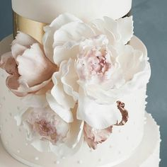 Hard to believe  these are not real! Sugar flower detail from @cake_ink  #weddinginspiration #weddingcake #huntthatdress