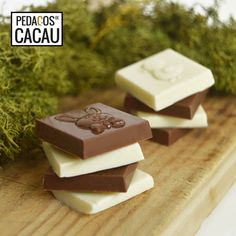 Quadrados de chocolate com figuras info@pedacosdecacau.pt Chocolates, Food, Cocoa, Chocolate, Essen, Meals, Brown, Yemek, Eten