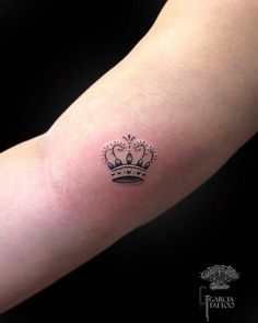 These Tiny Crown Tattoos Will Make You Feel Like a Damn Princess, Tattoo Models Crown Finger Tattoo, Small Crown Tattoo, Crown Tattoo Design, Finger Tattoos, Body Art Tattoos, Princess Crown Tattoos, Queen Crown Tattoo, Princess Tattoo, Tattoo Crown