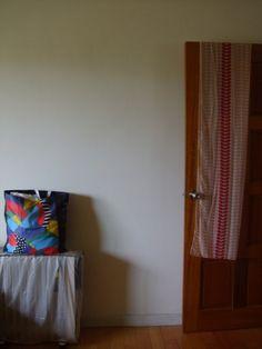門上披肩 與 暖爐上的提袋 by Chao Chuan
