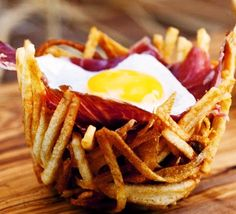 As we love to cook with our favorite ingredient, ham, today we have thought a somewhat more original, although simple recipe at the same time. Ham potato nests may seem a complicated recipe, but nothing of the kind. In addition, aesthetically is very original and if you decide to make it for a special occasion your guests assured that you will be surprised.