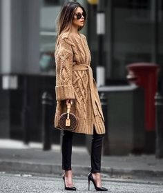 cozy outfit to copy this winter : knit cardi + black skinnies + belt + heels + r… – Beste Outfit-Ideen Look Fashion, Trendy Fashion, Womens Fashion, Fashion Trends, Fall Fashion, Fashion Ideas, Fashion Lookbook, Timeless Fashion, Fashion Logos