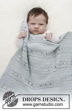 Frazada de bebé con patrón de calados. La frazada es trabajada a ganchillo en DROPS Safran. Patrón gratuito de DROPS Design.