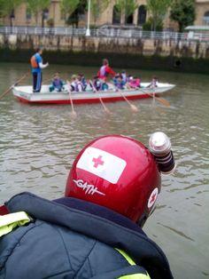 """Voluntarios/as de Cruz Roja del Mar de #Arriluze cubriendo """"Remo Escolar"""" en la ría de #Bilbao."""