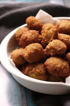 Opskrift på de bedste falafler Halloumi, Moussaka, Chicken Nuggets, Meatless Monday, Dessert Recipes, Desserts, Tzatziki, Bolognese, Nachos