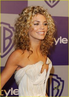 AnnaLynne McCord: Golden Globes Grecian Queen: Photo AnnaLynne McCord is white hot at the official after-party for the 2010 Golden Globes held at the Oasis Courtyard inside The Beverly Hilton Hotel on Sunday (January… Curly Hair Cuts, Long Curly Hair, Curly Girl, Curly Hair Styles, Natural Hair Styles, Natural Curls, New Hair Do, Hair Day, Annalynne Mccord Hair