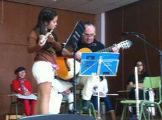 Paco Oviedo acompanya Rosa amb la guitarra durant l'audició de flauta (23-3-2013).