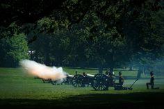2 giugno: LondraMembri dell'artiglieria reale a cavallo sparano a salve a Green Park in onore del 60 anniversario dell'incoronazione della regina Elisabetta. La regina salì al trono il 6 febbraio 1952, alla morte del padre, ma fu incoronata solo 16 mesi dopo