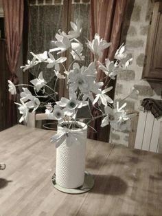 Bouquet fleurs blanches; boites à oeufs